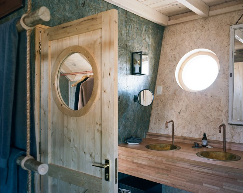 hk_c_13Shipwreck Lodge - Accommodation - Bathroom sinks_800px.jpg