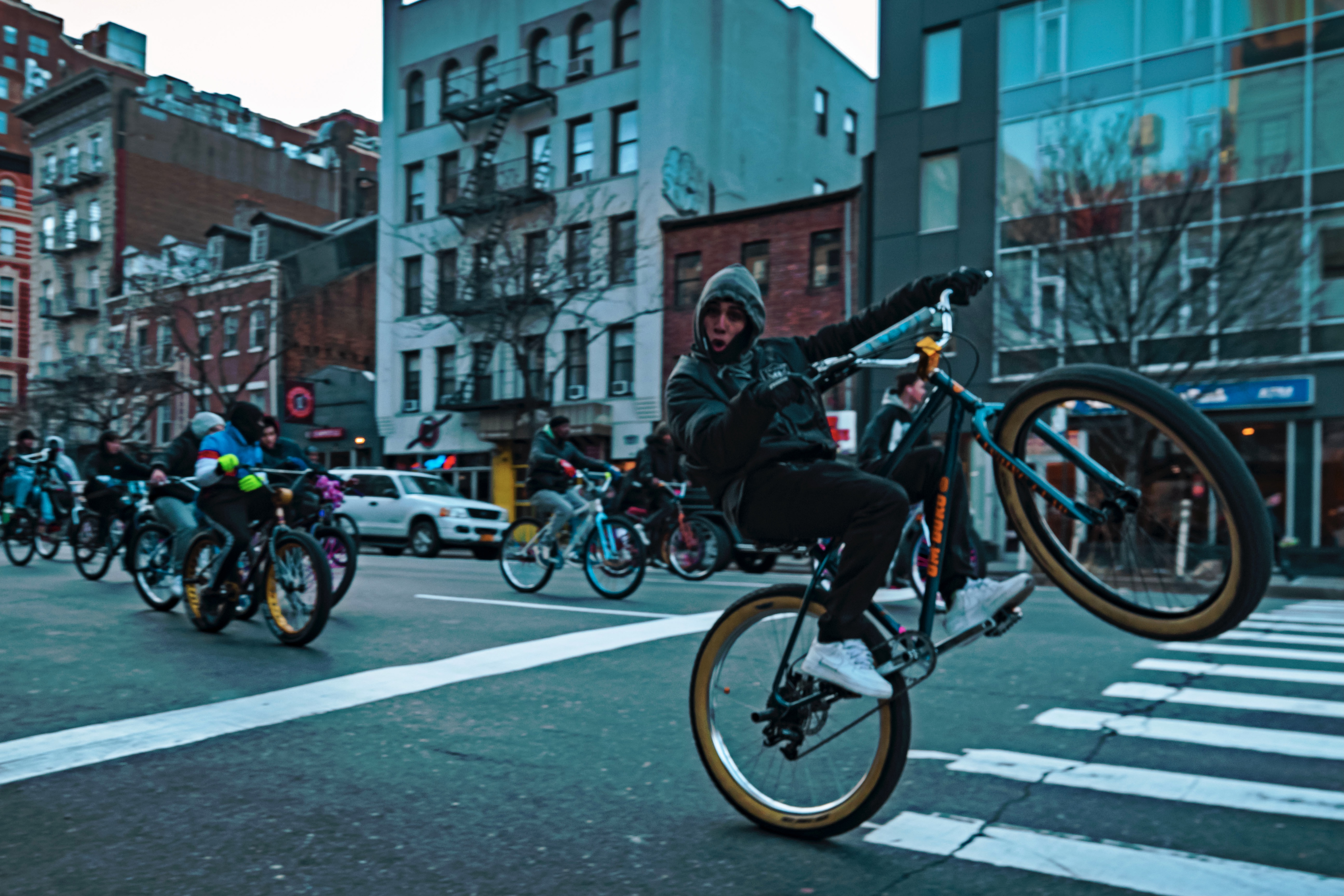 hk_c_街頭單車秀 2020.2.17在紐約曼哈頓街頭拍攝的一張作品。當時恰好一隊單車在街頭呼嘯而過,他們鼓噪着、喧囂張揚,路過的行人與車輛都停下來為他們讓路。這位騎者見我拍照,特意提起車頭向我炫技,然後大笑而去。我想這就是美國文化的一種表現,個性張揚、宣揚自由,以及整個社會的包容。 LilyZhang 張莉.jpeg
