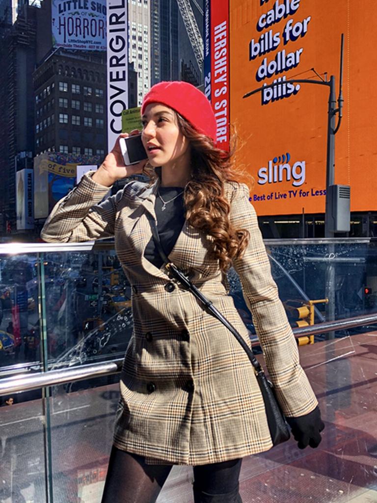 hk_c_手機傳清 情人節的紐約時代廣場,一位美女與分隔兩地的愛人用手機傳遞着愛情。仲夏.jpg