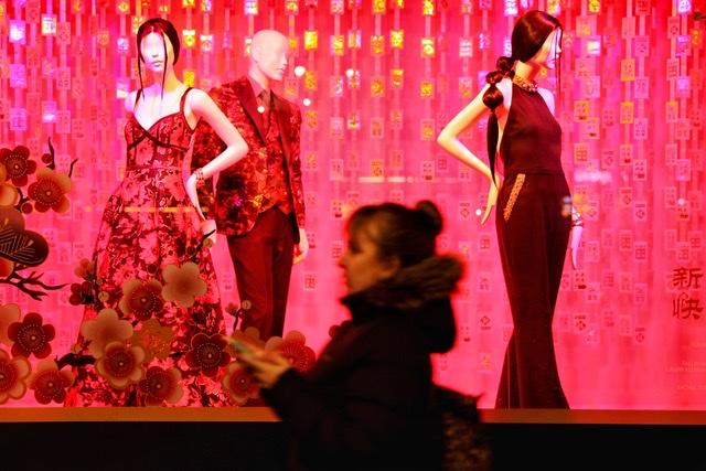 hk_c_走過櫥窗 2020年1月拍攝於美國紐約梅西百貨商場櫥窗前。 隨玉而安張玉安.jpeg
