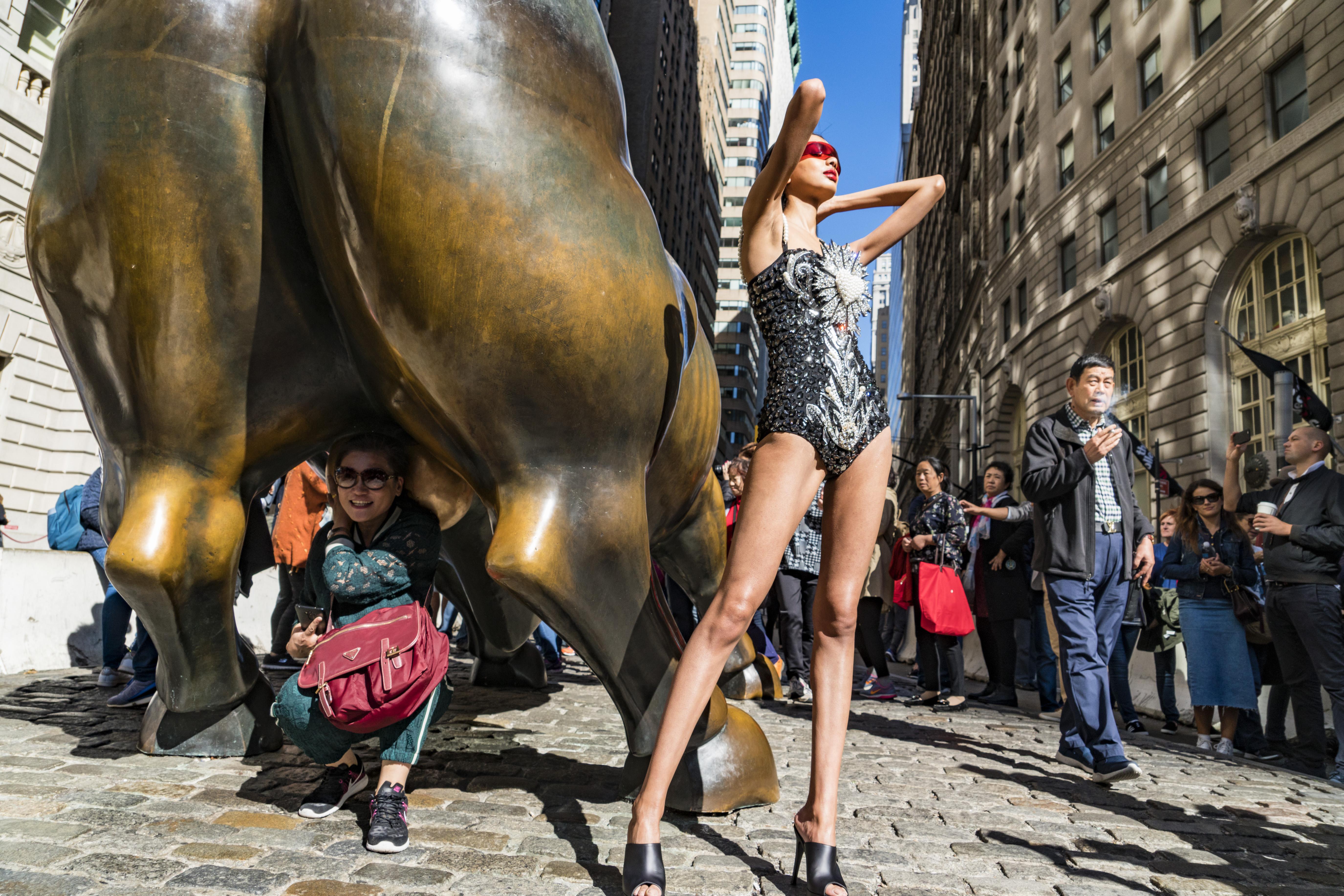 hk_c_E274544 華爾街銅牛旁的時裝模特。美國紐約曼哈頓區。 於志新  CTPphoto.jpg